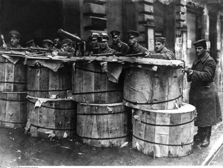 les-spartakistes-sur-des-barricades-faites-avec-des-rouleaux-de-papier