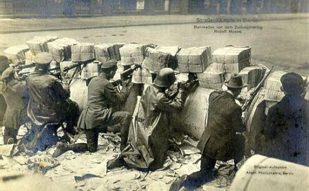 spartakisten-hinter-barrikaden-vor-dem-zeitungsverlag-rudolf-mosse-berlin-01-1919
