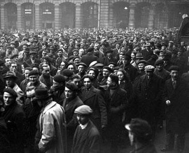 grève-décembre-1945-foule-devant-saint-lazare