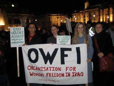 Militantes anglaises soutenant l'OWFI.