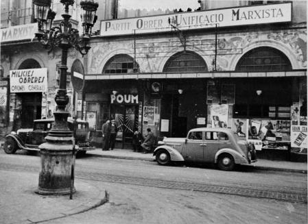 Façana principal de la seu del POUM amb els vidres segellats amb cinta, a Barcelona