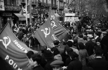 Banderas del Socorro Rojo y de los pioneros del POUM. Barcelona, otoño 1936